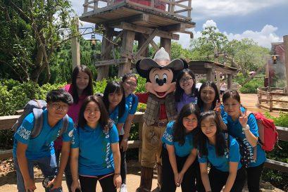 接受培訓期間,袁曉瑩(後排右一)與其他組員曾到不同的機構和景點參觀,學習款待技巧。