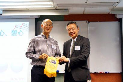 持續教育學院院長鍾志杰教授(右)向鮮魚行學校退休校長梁紀昌校長(左)致送紀念品。