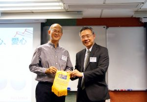 持续教育学院院长钟志杰教授(右)向鲜鱼行学校退休校长梁纪昌校长(左)致送纪念品。