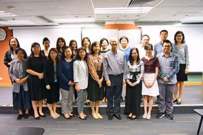 梁纪昌校长于讲座后与参加者合照留念。
