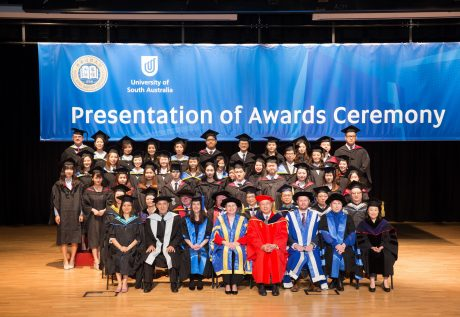 学院早前举办南澳大学课程毕业礼2019,向毕业生颁发学士学位证书。