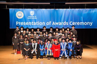 學院早前舉辦南澳大學課程畢業禮2019,向畢業生頒發學士學位證書。