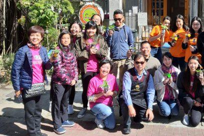 浸大持续教育学院讲师黄嘉恩博士(前排左一)、李珠玑博士(后排左一)及一众护士学生与扶康会柔庄之家服务经理钟富华(前排左二)及舍友一同合照。