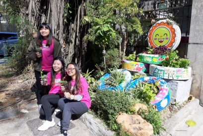 参与活动的学生一同展示园艺作品。